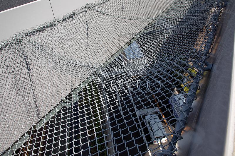 上下線の間には落下防止のネットが張られる。下は国道246号