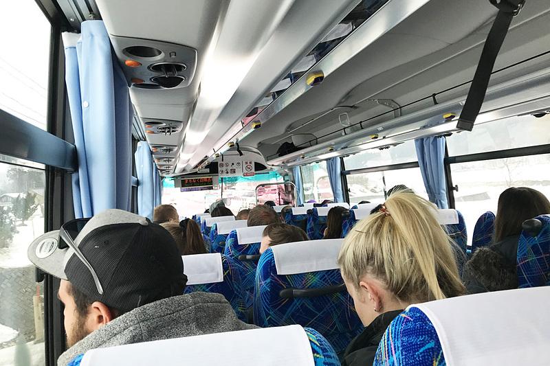 なんと外国人率90%以上!びっくりするほどインターナショナルなバスの中。私以外ほぼ全員スキー客