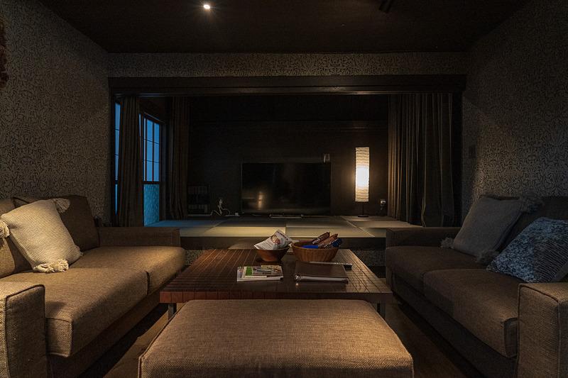 大きなソファの奥は和室。この部屋は6名定員のときは、畳の上に布団が敷かれます