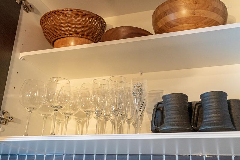 食器やカトラリーが揃っているキッチン