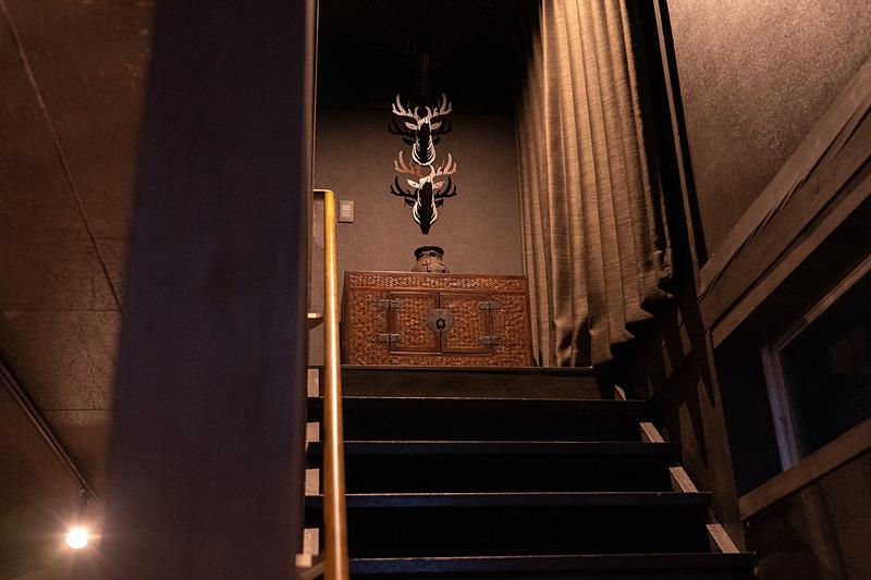 階段を上がると……