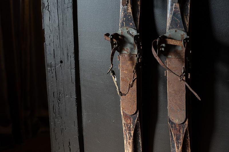 入り口のドアに古いスキー板が飾られていたりと、インテリアも興味深いのです