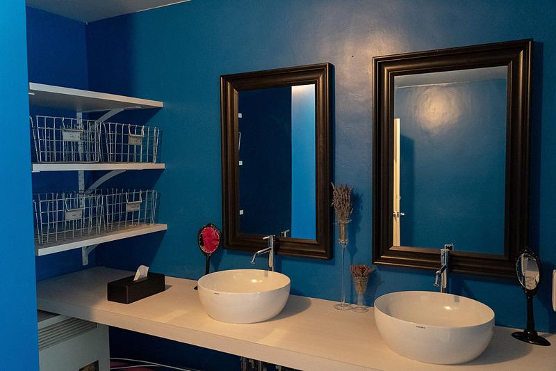 弐番館のお部屋はシャワーブースのみなので、部屋単位で貸し切れるお風呂が1階に2つあります