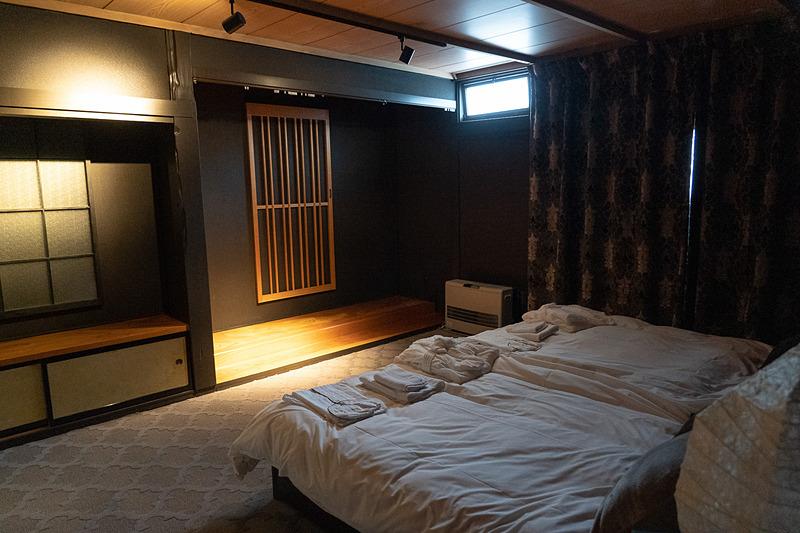ベッドルームの感じも部屋ごとにさまざま。バスローブとパジャマは備わっています