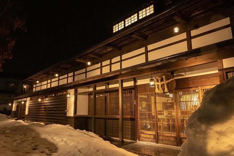 夜は雪景色のなか、幻想的な雰囲気になる庄屋丸八
