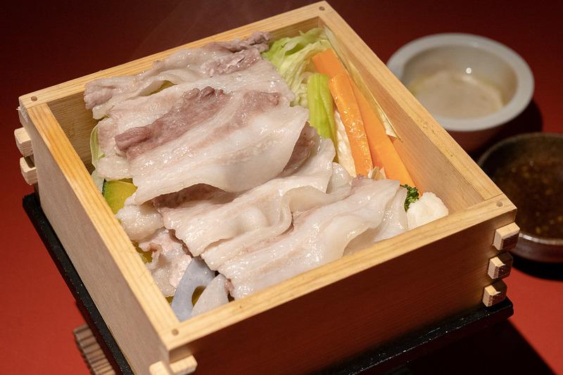 豚バラがたっぷり乗った野菜せいろ蒸しはバーニャソースとポン酢ソースお好みで