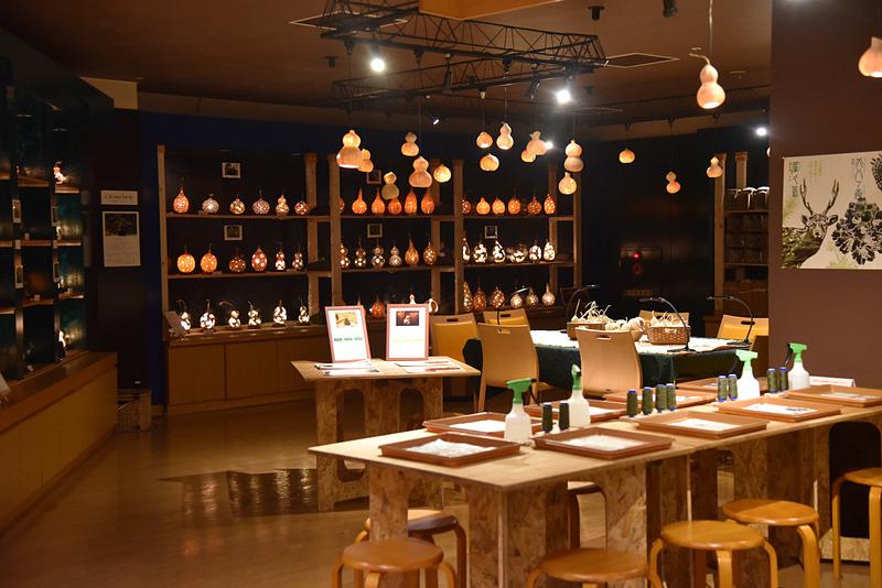アクティビティデスク前の体験スペースには制作エリアや作品が飾られ購入もできる