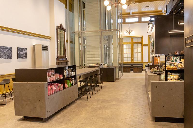 天井が高いので(約5m)、店内は開放的な雰囲気。天井や壁は重要文化財に指定されている駅建物なので大正時代を思わせるが、一方インテリアは無機質でコントラストがおもしろい。ちなみに正面に見えるガラスで囲まれている部分は2階へ上がれるエレベータ