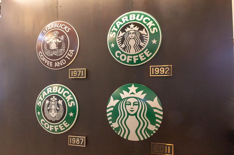 コルテン鋼を採用することで味のある雰囲気を演出する壁や、ヘッドマークに模したスターバックスのロゴ、SLのプレート仕立てのサインなど見どころは多い