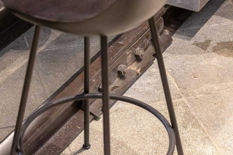 足置きには九州各地で使われていたレールを再利用