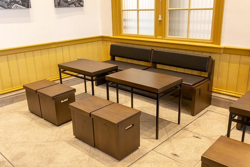 "「JIMOTO テーブル」プロジェクトの一環で製作されたテーブルとイス。福岡県産の""せんだん""が使われている"
