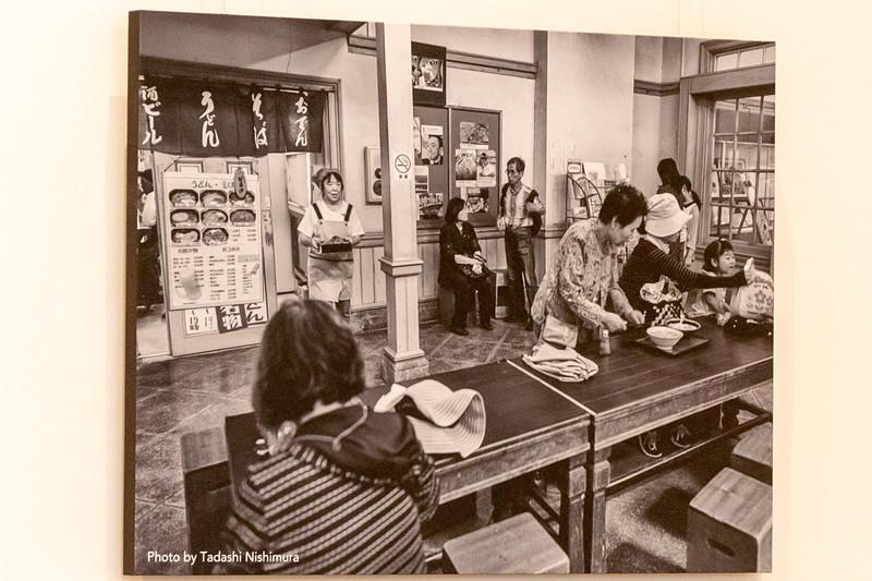 箱型のデザインで特徴のあるイスは、当時入っていたうどん屋で使われていたものをヒントに製作したもの
