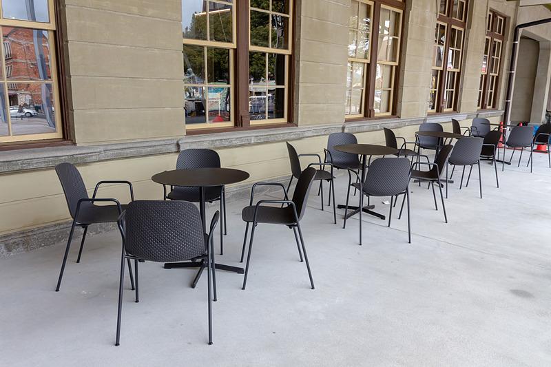 テラス席も用意されており、駅舎の外観を見ながらカフェを楽しめる