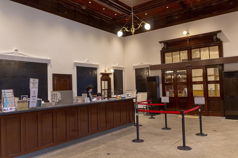 コンコースのオープンと同時にみどりの窓口や観光案内所も復元された室内で営業している