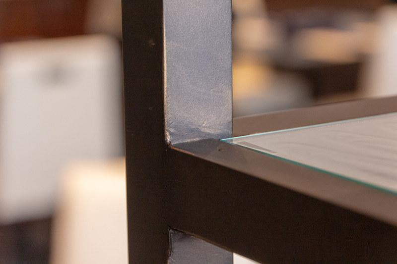 地元の工房に発注した家具は新品であるものの、落ち着いた雰囲気を演出するために表面にはビンテージ風の加工が施されている