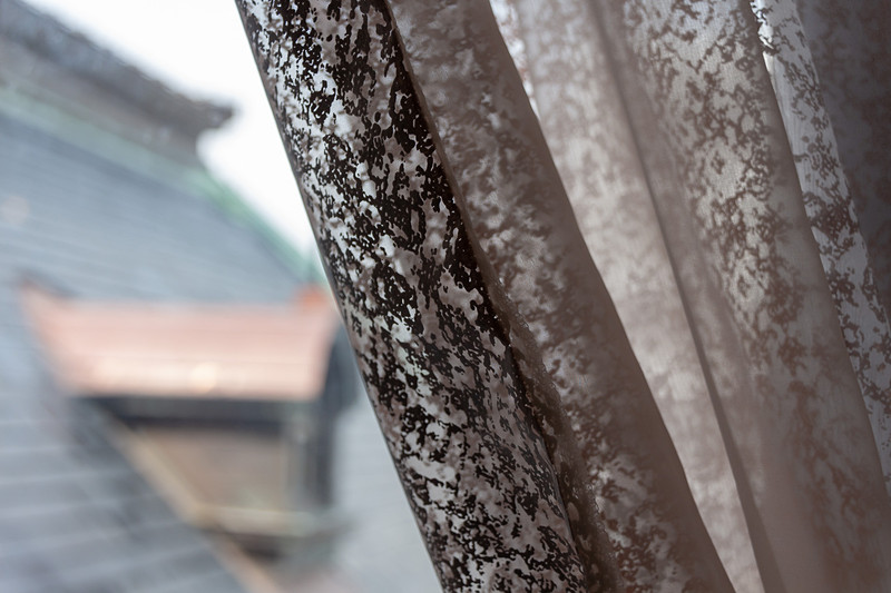 使われているカーテンも著名なテキスタイルデザイナーに発注したもので、デザインパターンに金色が使われている。昼間は落ち着いた色合いで、夜のライトアップ時にはキラキラと光が反射するそうだ