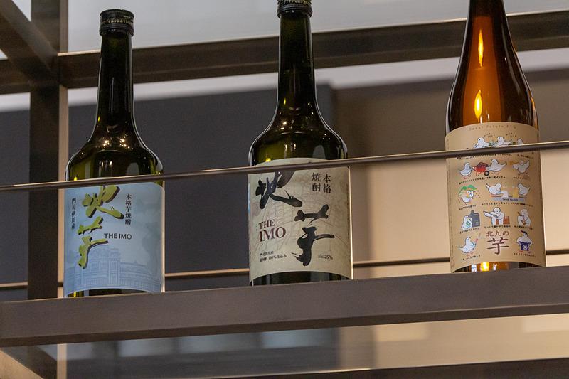 江戸時代に飢饉を救った「猿喰(さるはみ)新田」(福岡県北九州市門司区)を復興させ、その米を使ったレアな日本酒「猿喰1757」、門司産のサツマイモと米を使った芋焼酎「地芋」など、地酒も取り扱っている