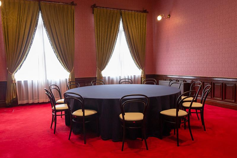 赤い絨毯の上に大きな円卓が置かれた貴賓室