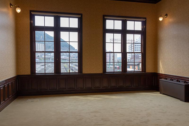 従者が控える次室はオリーブ色の絨毯で落ち着いた雰囲気