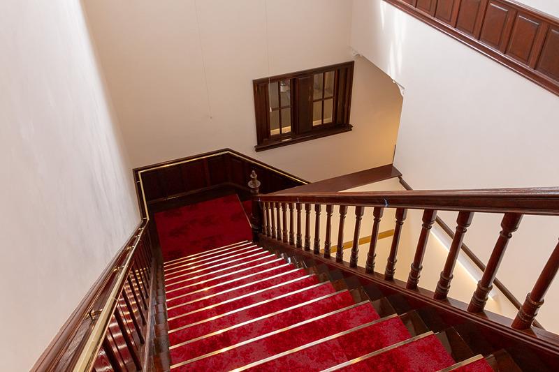 1階から2階へと続く階段も当時の雰囲気を再現しているので見どころではあるが、段差がキツイので足元に不安がある方はエレベータを利用するのがオススメ。エレベータはスターバックス店内にある