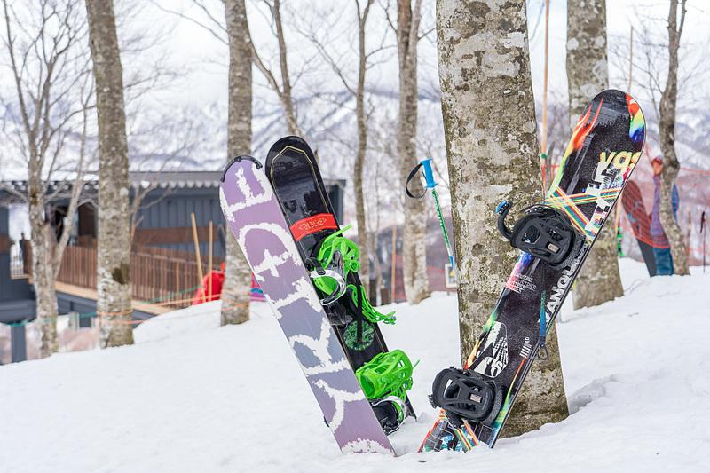 スキーやスノーボードで訪れる人は板を脱いで中へ