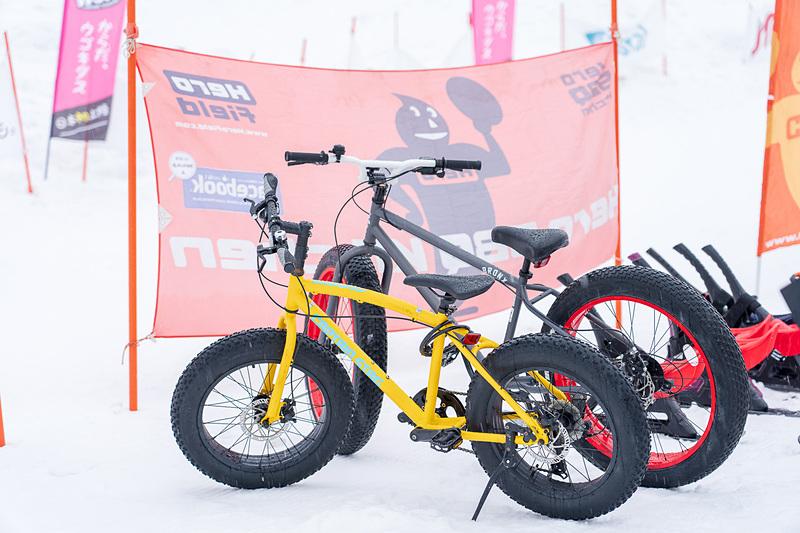 雪上ファットバイク。太いタイヤが特徴です。スキー場で乗っていると注目の的に!