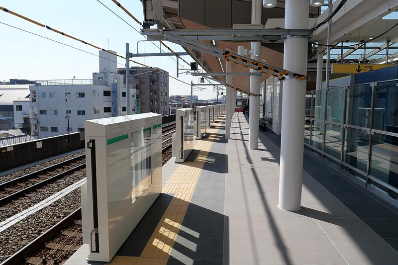 10両編成列車が発着できるように、全長205mにホームを延伸。ホームにはホームドアも設置されている