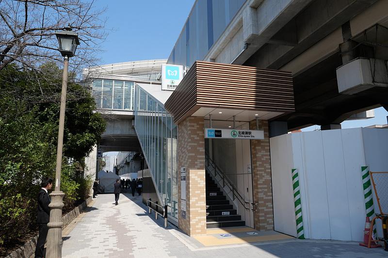 階段も用意されており、しょうぶ沼公園側からの駅への出入りが便利に