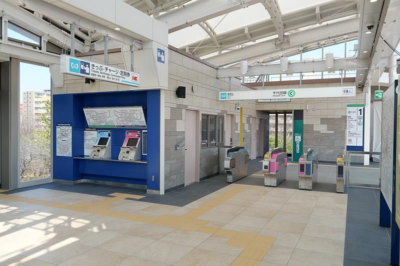 新設された北綾瀬駅南改札。明るく開放的な雰囲気だ