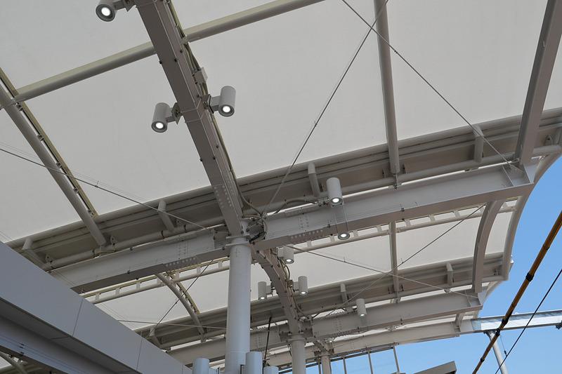南改札付近のホーム天井には、しょうぶの葉をモチーフとした柱構造の膜屋根を設置し、自然光を取り込む開放的な雰囲気となっている