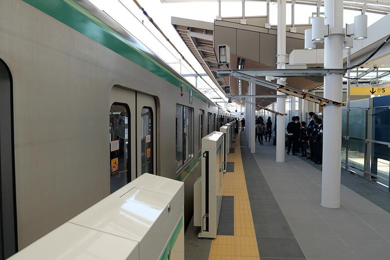 北綾瀬駅ホームに10両編成列車が停車している様子