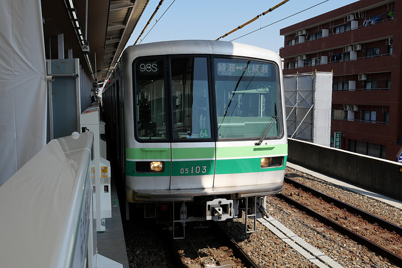 こちらは、北綾瀬駅と綾瀬駅の間で折り返し運転されている3両編成の列車。3月16日以降も一部はこれまで同様に3両編成の列車で折り返し運転が行なわれる