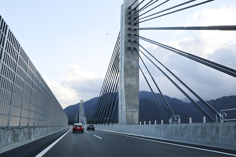 菰野IC~鈴鹿PA(パーキングエリア)間には三滝川が流れており、「エクストラドーズド構造」を採用した「菰野第二高架橋」は、走りながらも特殊な構造を採用しているダイナミックさを味わえる