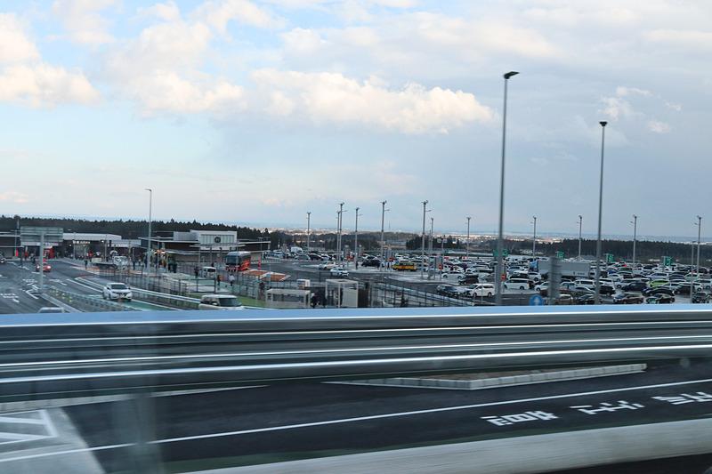 新名神開通に合わせてオープンした鈴鹿PA。スマートICを併設する上下線集約型のPAで、開通直後は早速立ち寄る車列で路肩付近が大渋滞していた