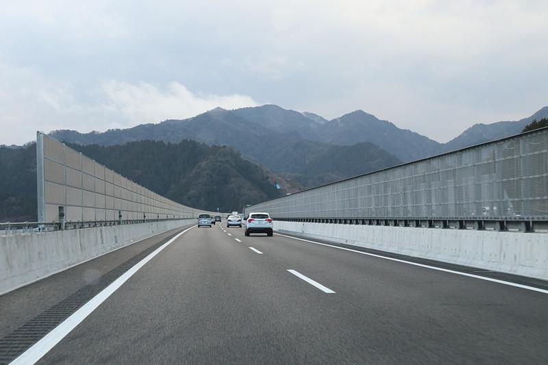 """2019年3月の開通時点では4車線道路となっており、設計速度は100km/h。カーブや勾配も少なく、""""関ケ原越え""""をする名神ルートとは走る雰囲気が大きく異なる"""