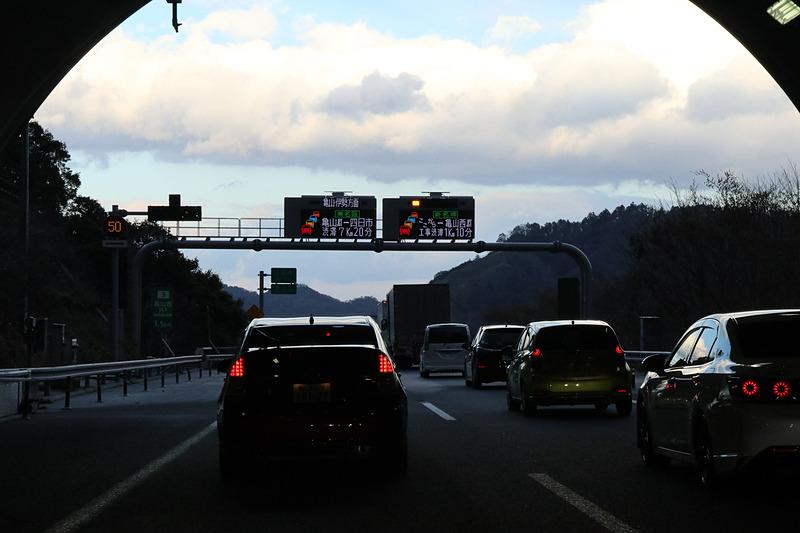 亀山西JCTの分岐は鈴鹿トンネルを出て1.5km先。進行方向に対して右側が鈴鹿・伊勢方面だが、分岐では左側に進む必要がある