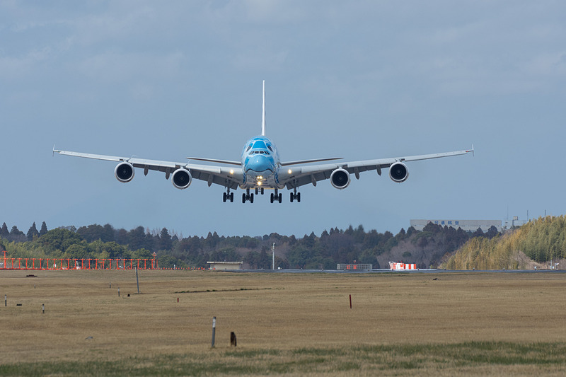 3月21日の12時51分に成田空港の16R滑走路に着陸。先行する着陸機(ボーイング 787-9型機)の後ろにいても存在感が強い