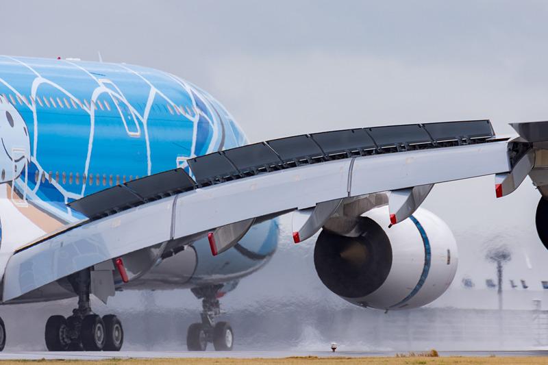機体寄りのエンジン2機による逆噴射とグランドスポイラーを使って減速。滑走路を離れ、807番スポットに向けて地上走行を開始