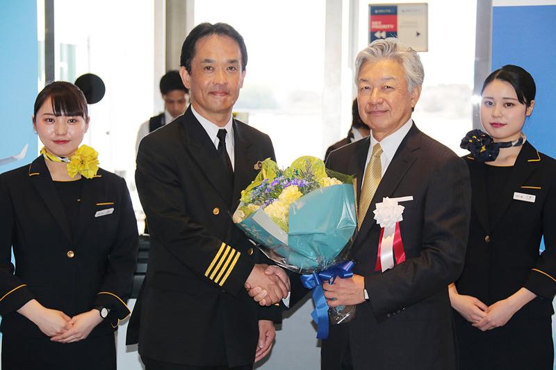 就航記念式典では、佐山会長から初便の機長へ花束が贈呈された
