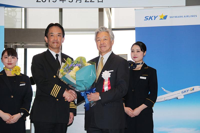 チャーター便の初便の出発に合わせて就航記念式典を開催した