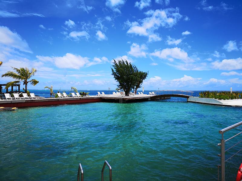 海をそのまま利用したラグーンプール。水の色がエメラルドグリーン!