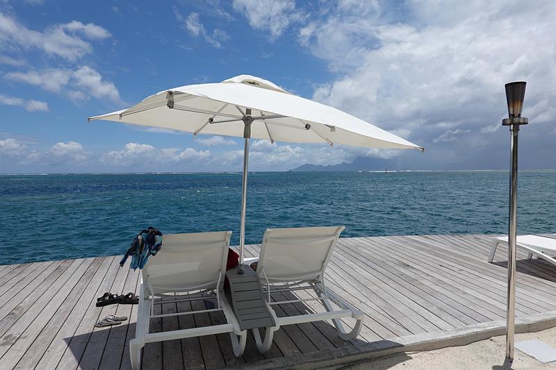 海側の桟橋に並んだデッキチェア。海を独り占めできる贅沢なスポット