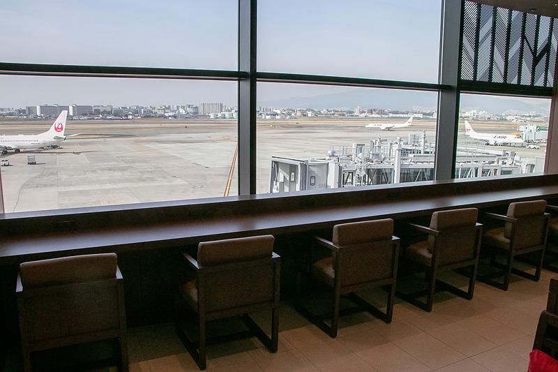 サクララウンジは場所を移したことでダイヤモンド・プレミアラウンジと同じように窓に面し、出発/到着する飛行機や風景を楽しめるようになった