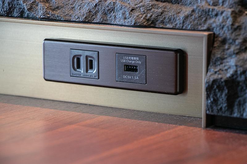 座席は座面が広いゆったりとしたつくりで、電源は通常のコンセントと、スマートフォンやタブレットの充電に使えるUSBポート(1.5A)を各席に1口ずつ備えている