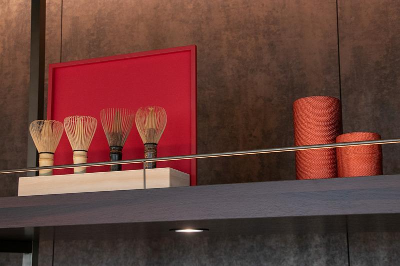 関西エリア2府4県の工芸・芸術がラウンジの展示物や意匠に取り入れられている