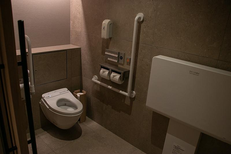 ユニバーサルデザインの個室もあるトイレ