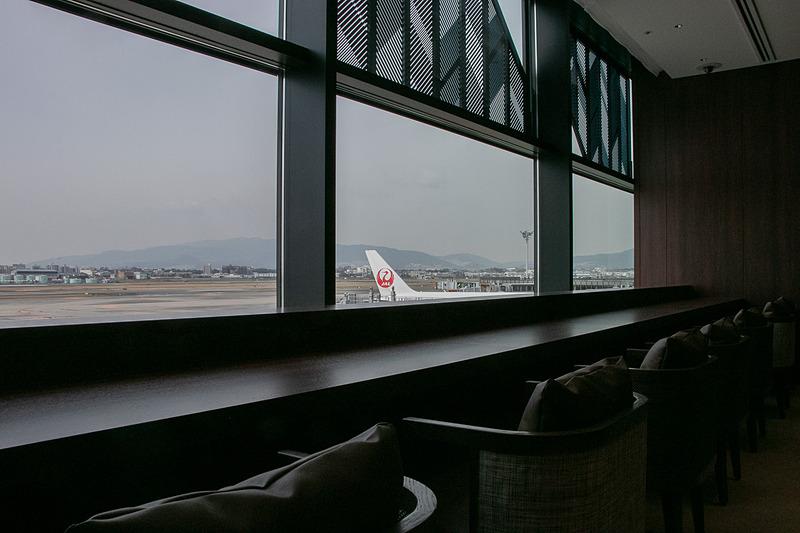 出発/到着する飛行機や遠くの山並みを眺めながらゆったりとした時間を過ごすことができる