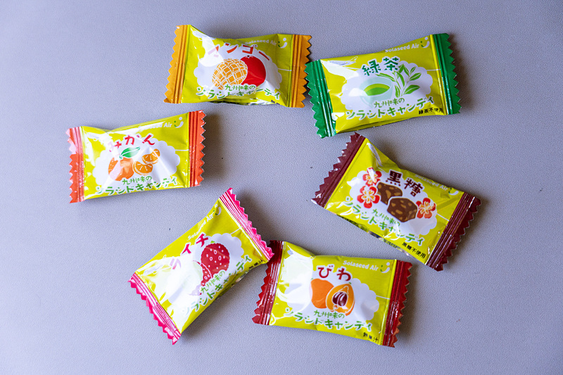 提供されたキャンディ。マンゴーやライチ、びわなど就航地の名産味の6種類があります