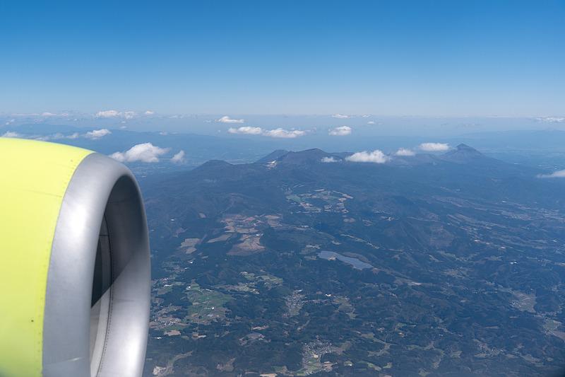 いよいよ鹿児島上空に。霧島連山や鹿児島空港の上空を飛行