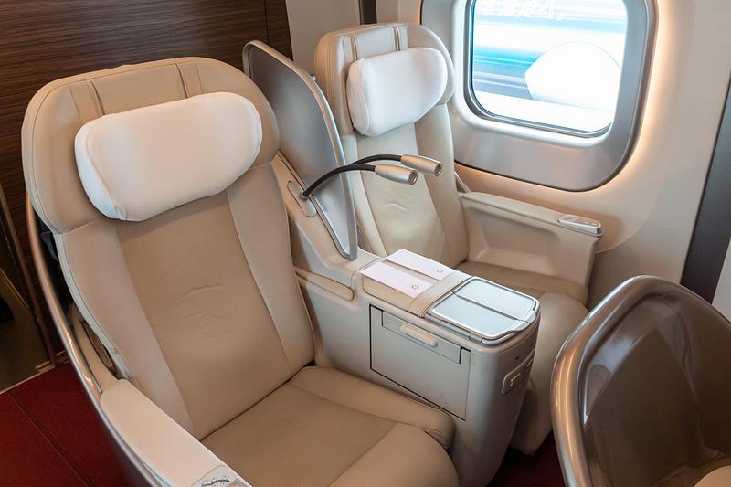 本革を使ったシートはゆったり座れる広さがあり、最大45度まで傾斜できるリクライニング機能を装備している。電源コンセントもシートごとにあるので、ノートPCやスマホを充電することもできる